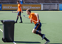 AMSTELVEEN -  Mirco Pruyser    passeert een denkbeeldige verdediger, een kliko,   tijdens de training van het heren hockey team. Het Nederlands elftal heeft toestemming gekregen van het ministerie van VWS, het RIVM en NOC NSF om de groepstrainingen te hervatten tijdens de coronacrisis. Er mogen niet meer dan 6 veldspelers telgelijk op het veld.  COPYRIGHT KOEN SUYK