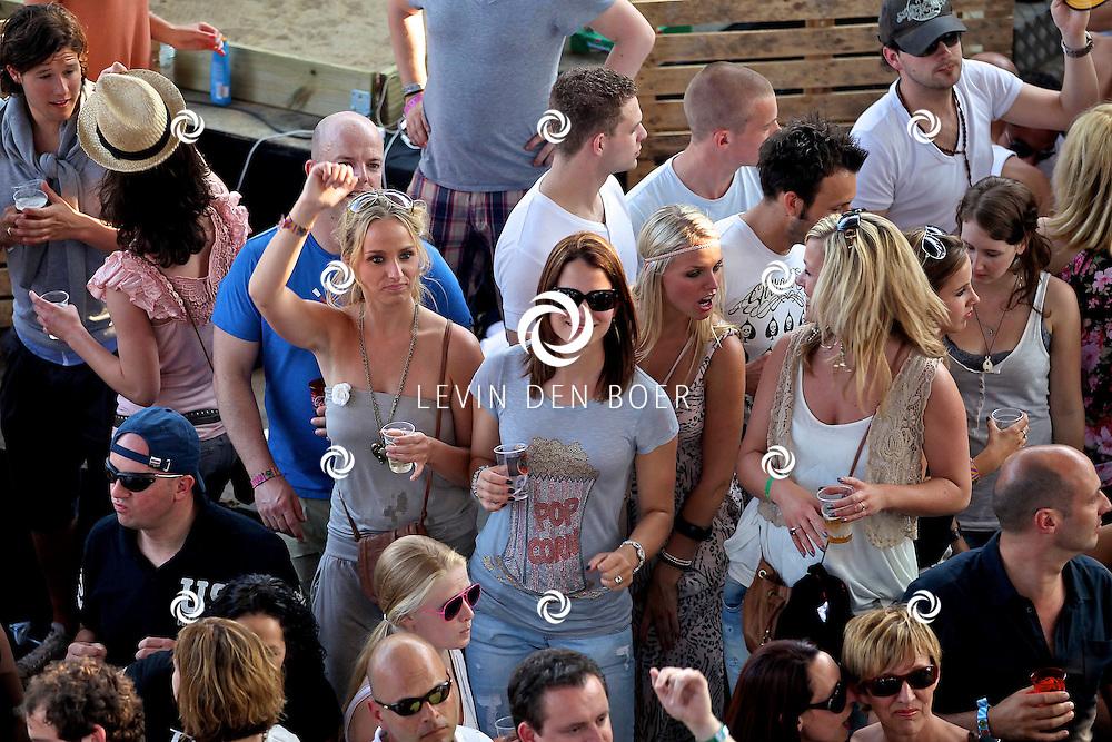 SCHIJNDEL - Bezoekers genieten van het mooie weer op Paaspop 2011. FOTO LEVIN DEN BOER - PERSFOTO.NU