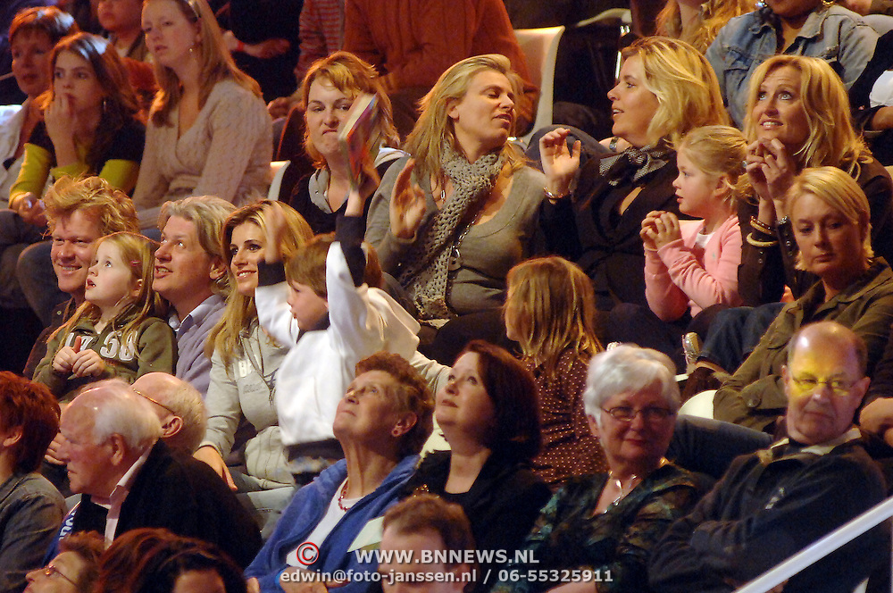 NLD/Hilversum/20070309 - 9e Live uitzending SBS Sterrendansen op het IJs 2007, Danielle Overgaag met kinderen op de tribune, Natasja Froger - Kunst met zonen Maxim en Didier