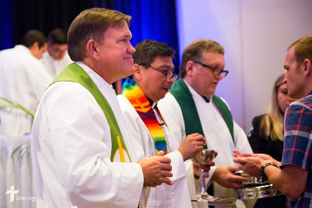 "The Lord's Supper is given during worship at the 5th Hispanic National Convention, ""¡Come and See!: Celebrating Our Gifts,"" at the Grand Hyatt Tampa Bay on Tuesday, July 28, 2015, in Tampa, Fla. LCMS Communications/Pamela Nielsen"