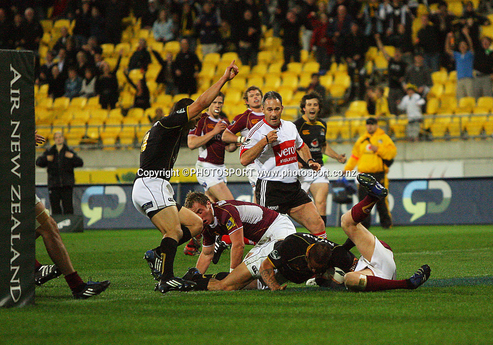 Hosea Gear scores his second try of the match to take Wellington back into the lead.<br /> Air NZ Cup semi-final. Wellington Lions v Southland Stags at Westpac Stadium, Wellington, New Zealand, Friday, 17 October 2008. Photo: Dave Lintott/PHOTOSPORT