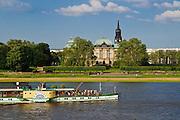 Blick über die Elbe mit Dampfer auf die Neustadt mit japanischem Palais und Dreikönigskirche, Dresden, Sachsen, Deutschland.|.view over Elbe on Neustadt, steamer, Dresden, Germany