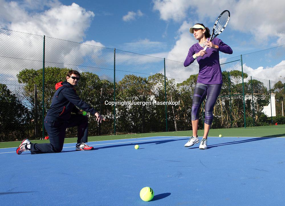 Tennis Profi Julia Goerges (GER) im Trainingslager,Algarve,Portugal, Julia trainiert Vorhandbaelle mit Trainer Sascha Nensel,Trainingsprogramm auf dem Platz,Training,Uebung,Ganzkoerper, Querformat,