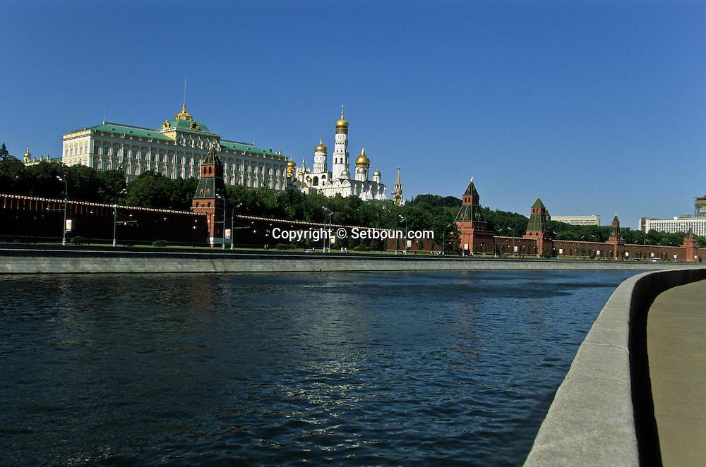 The kremlin, the cathedrals, Moskova river  Moskow  Russia     /// Le Kremlin ,  la Moskova et les cathédrales de l'assomption, de l'annonciation, de l'archange Michel et le clocher d'Ivan le grand, les remparts  Moscou  Urss   ///     L0007089  /  R20202  /  P107908