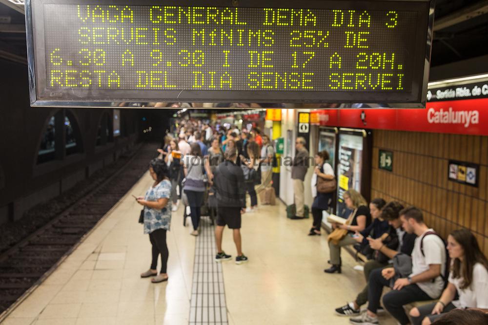 Barcelona, Catalonia, Spain - 02.10.2017<br /> <br /> Information in the subway station about the upcoming Catalan general strike on the 3rd October. Impressions of the day after the Catalan independence referendum.<br /> <br /> Hinweis zum bevorstehenden katalanischen Generalstreik auf einer U-Bahn Anzeigetafel in Barcelona. Eindruecke aus Barcelona am Tag nach dem katalanischen Unabhaengigkeitsreferendum.<br /> <br /> Photo: Bjoern Kietzmann