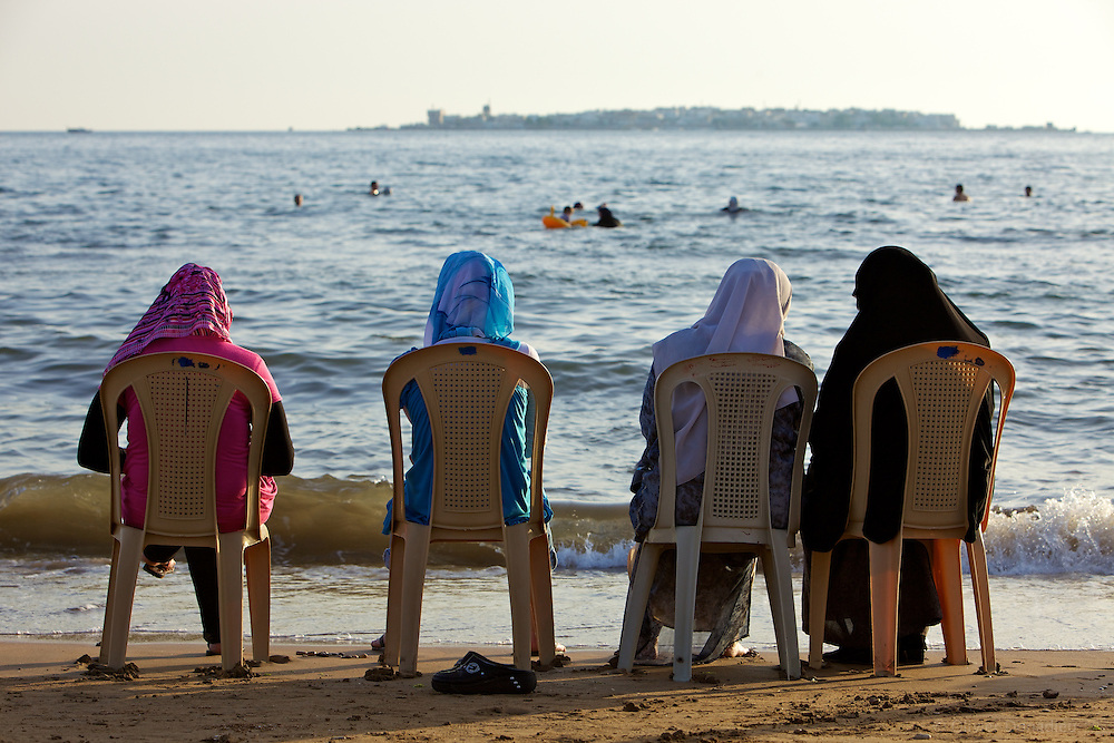 Veiled women looking at the sea in Tartous, Syria. Femmes voilées sur la plage de Tartous, Syrie.