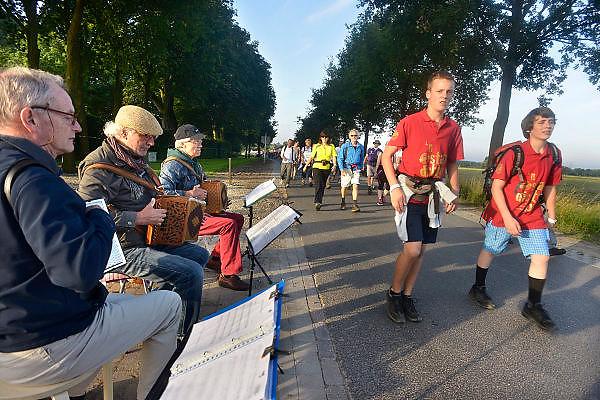 Nederland, Nijmegen, 15-7-2014 Start van de 98e 4 daagse. 43000 deelnemers. Op de Wedren worden de polsbandjes gescand waarna via het centrum en de  waalbrug gelopen wordt naar Bemmel en Elst in de Betuwe en wordt wel de dag van Elst genoemd. De vierdaagse is het grootste wandelevenement ter wereld. Foto: Flip Franssen/Hollandse Hoogte