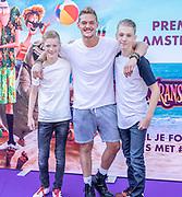 2018, 15 Juli. Pathe ArenA, Amsterdam. Premiere van Hotel Transsylvanie 3. Op de foto: Ferry Doedens met 2 neefjes