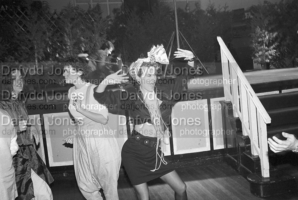 Daphne Guinness. Sultans Ball. Oxford Town Hall. 10 March 1986. SUPPLIED FOR ONE-TIME USE ONLY> DO NOT ARCHIVE. © Copyright Photograph by Dafydd Jones 66 Stockwell Park Rd. London SW9 0DA Tel 020 7733 0108 www.dafjones.com