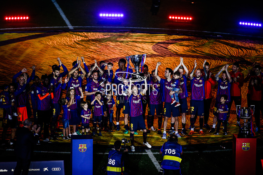 08 Andres Iniesta from Spain of FC Barcelona celebrating La Liga championship with the trophy in front of the FC Barcelona team during the Andres Iniesta farewell at the end of the La Liga football match between FC Barcelona and Real Sociedad on May 20, 2018 at Camp Nou stadium in Barcelona, Spain - Photo Xavier Bonilla / Spain ProSportsImages / DPPI / ProSportsImages / DPPI