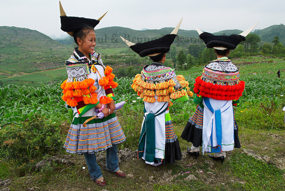 Chine. Province du Guizhou. Village des environs de Zhijin. Fete de l ete chez les Miao Longues Cornes. // China. Guizhou province. Around Zhijian. Long Horn Miao girls in traditional costumes celebrating summer Festival.