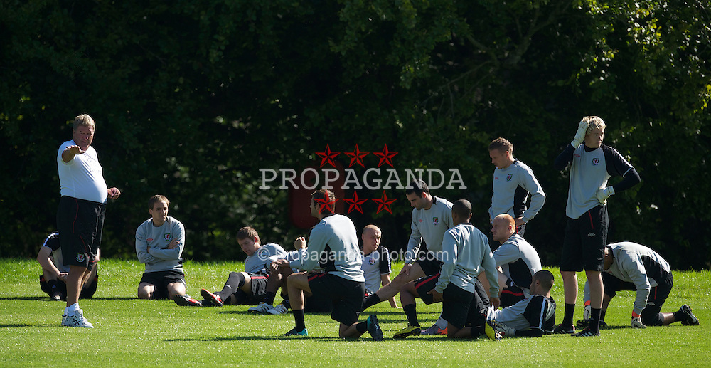 CARDIFF, WALES - Tuesday, August 31, 2010: Wales' manager John Toshack MBE gives a team talk during training at the Vale of Glamorgan ahead of the UEFA Euro 2012 Qualifying Group 4 match against Montenegro. (Pic by David Rawcliffe/Propaganda)