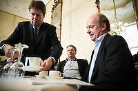 """Nederland. Den Haag, 1 juni 2007. <br /> Tichelaar haalt koffie voor Wouter Bos en interim vorzitter Ruud Koole, voor aanvang.<br /> De Commissie-Vreeman presenteert haar rapport over de gang van zaken die heeft geleid tot verlies van negen Kamerzetels bij de Tweede-Kamerverkiezingen van 2006 . """"De scherven opgeveegd.""""<br /> Foto Martijn Beekman NIET VOOR TROUW, AD, TELEGRAAF, NRC EN HET PAROOL"""