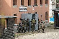 """03 APR 2012, LEHNIN/GERMANY:<br /> Kampfschwimmer der Bundeswehr trainieren """"an Land"""" infanteristische Kampf, hier Haeuserkampf- und Geiselbefreiungsszenarien auf einem Truppenuebungsplatz<br /> IMAGE: 20120403-01-033<br /> KEYWORDS: Marine, Bundesmarine, Soldat, Soldaten, Armee, Streitkraefte, Spezialkraefte, Spezialkräfte, Kommandoeinsatz, Übung, Uebung, Training, Spezialisierten Einsatzkraeften Marine, Waffentaucher"""
