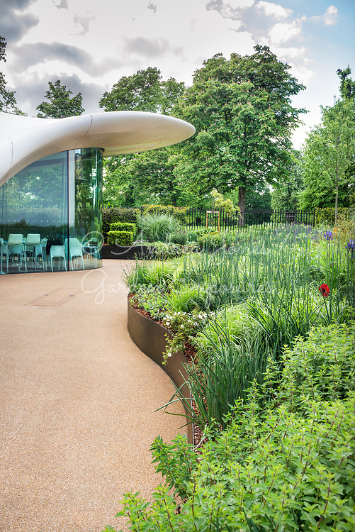 Raised border with hardstanding by the Sackler Gallery<br /> <br /> <br /> The Sepentine Sackler Gallery<br /> Design: Zaha Hadid<br /> Garden design: Arabella Lennox-Boyd