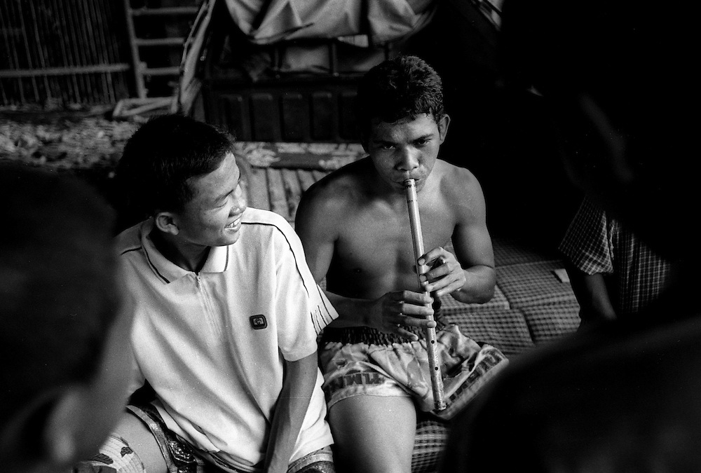 Fighters entertain each other at the Muay Thai Boxing Club under the freeway at Khlong Toei, Bangkok Thailand.March 2003 .©David Dare Parker/AsiaWorks Photography