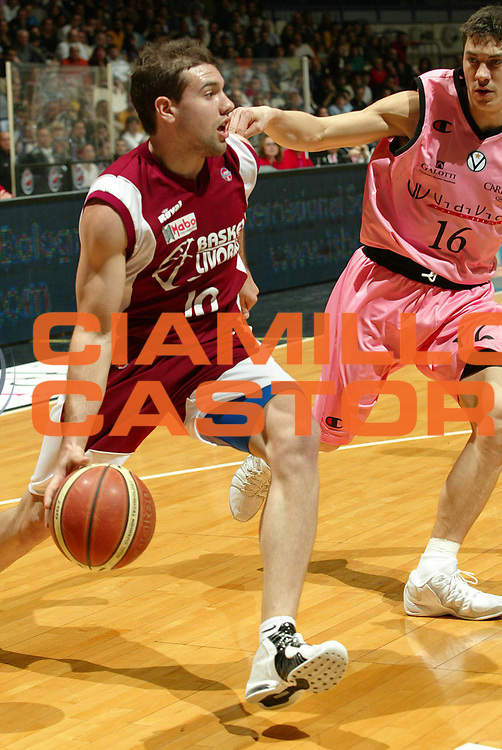 DESCRIZIONE : Bologna Lega A1 2005-06 VidiVici Virtus Bologna Basket Livorno <br /> GIOCATORE : Porta <br /> SQUADRA : Basket Livorno <br /> EVENTO : Campionato Lega A1 2005-2006 <br /> GARA : VidiVici Virtus Bologna Basket Livorno <br /> DATA : 02/04/2006 <br /> CATEGORIA : Palleggio <br /> SPORT : Pallacanestro <br /> AUTORE : Agenzia Ciamillo-Castoria/G.Livaldi