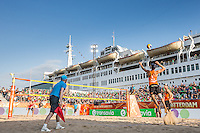 ROTTERDAM - Poulewedstrijd Brouwer/Meeuwsen - Huver/Seidl , Beachvolleybal , WK Beach Volleybal 2015 , 27-06-2015 , Overzicht van het Stadion naast de SS Rotterdam tijdens de service van Robert Meeuwsen (r)