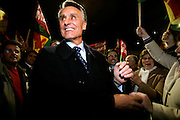 Cavaco Silva salutes the crowd during campaign.