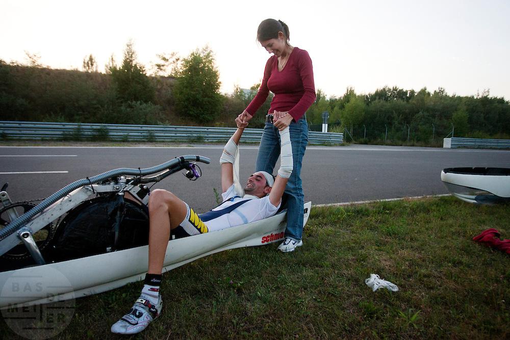 De vrouw van Francesco Russo feliciteert hem met zijn resultaat op het eenuursrecord. Francesco heeft 84,34 km/h gemiddeld gereden.<br /> <br /> Francisco Russo's wife Jemima congratulates him with the good result. He had an average speed of 84,34 km/h.