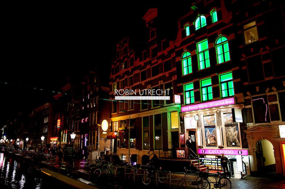 AMSTERDAM - de wallen in amsterdam . Nederland Amsterdam 2015 . Red Light District. De Oudezijds Achterburgwal hoer , hoeren , prostitutie , pooier , pooiers , copyright robin urecht