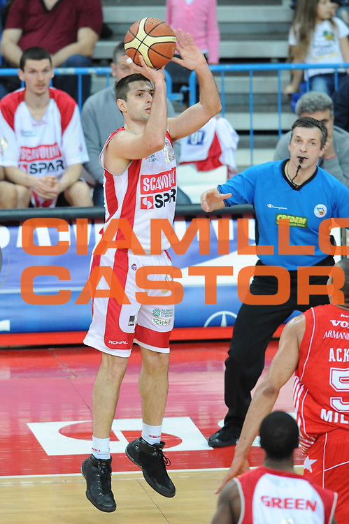 DESCRIZIONE : Pesaro Lega A 2009-10 Scavolini Spar Pesaro Armani Jeans Milano<br /> GIOCATORE : Daniele Cinciarini<br /> SQUADRA : Scavolini Spar Pesaro <br /> EVENTO : Campionato Lega A 2009-2010<br /> GARA : Scavolini Spar Pesaro Armani Jeans Milano<br /> DATA : 29/03/2010<br /> CATEGORIA : tiro<br /> SPORT : Pallacanestro<br /> AUTORE : Agenzia Ciamillo-Castoria/M.Marchi<br /> Galleria : Lega Basket A 2009-2010 <br /> Fotonotizia : Pesaro Campionato Italiano Lega A 2009-2010 Scavolini Spar Pesaro Armani Jeans Milano<br /> Predefinita :