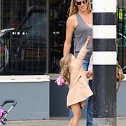 NLD/Amsterdam/20070815 - Danielle Oerlemans - Overgaag winkelend met dochter Fiene in Amsterdam, dochter kan niet bij knopje verkeerslicht