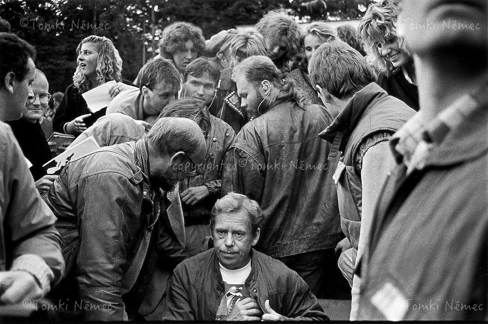 Trutnov, August, 1990 - Na bojisti.Trutnov 'Woodstock'; President under siege from autograph seekers..