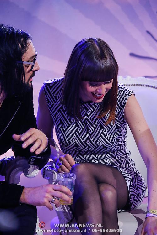 NLD/Amsterdam/20130418- Uitreiking 3FM Awards 2013, Laura Jansen met een biertje