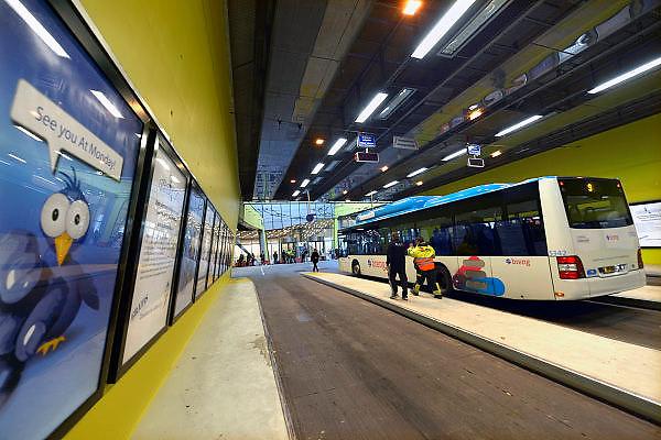 Nederland, the Netherlands, Arnhem, 1-9-2015Het nieuwe station van de gelderse hoofdstad wordt binnenkort officieel geopend. De ov terminal met parkeergarage en fietsenstalling is klaar. De ingewikkelde architectuur heeft het bouwproject veel problemen en vertraging opgeleverd. Uiteindelijk heeft de bouw 18 jaar en 90 miljoen euro, veel meer als aanvankelijk begroot, gekost. Buiten is aansluiting op het busnet.FOTO: FLIP FRANSSEN/ HH