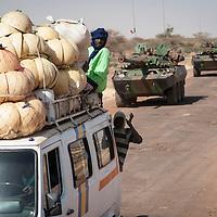 07/02/2013. Route de Gao, Mali. Un convoi de militaires français se dirige vers Gao, dernière étape avant Kidal  ©Sylvain Cherkaoui/ Cosmos pour Le Monde