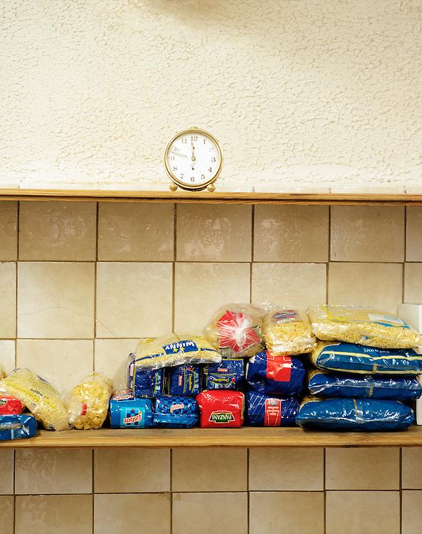 Paquets de pâtes alimentaires, centre d'hébergement d'urgence, Picardie, France.