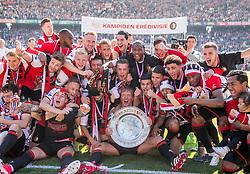 14-05-2017 NED: Kampioenswedstrijd Feyenoord - Heracles Almelo, Rotterdam<br /> In een uitverkochte Kuip speelt Feyenoord om het landskampioenschap / Spelers van Feyenoord vieren het kampioenschap. Dirk Kuyt #7, Tonny Vilhena #10