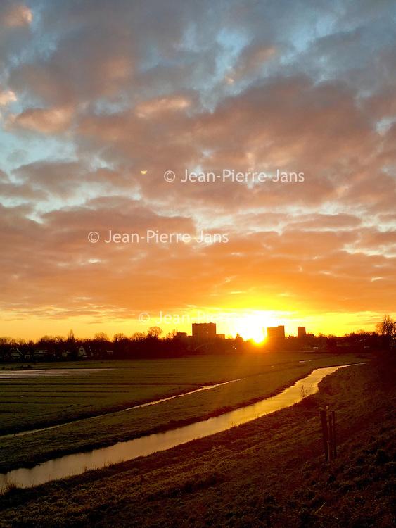 Nederland, Amsterdam, 16 januari 2017.<br />De Landsmeerderdijk in Amsterdam Noord bij zonsopgang.<br /><br /><br /><br />Foto: Jean-Pierre Jans