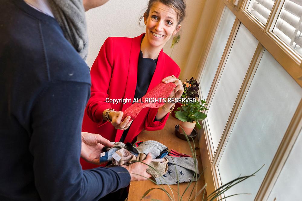 Genève, février 2017. Aude, fondatrice de la petite entreprise Sock's factory discute après l'arrivée de nouveux modèles. © Olivier Vogelsang