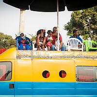 02/03/2014. Bissau. Guinée Bissau. Des spectateurs attendent le défilé du carnaval en centre ville. ©Sylvain Cherkaoui pour JA.