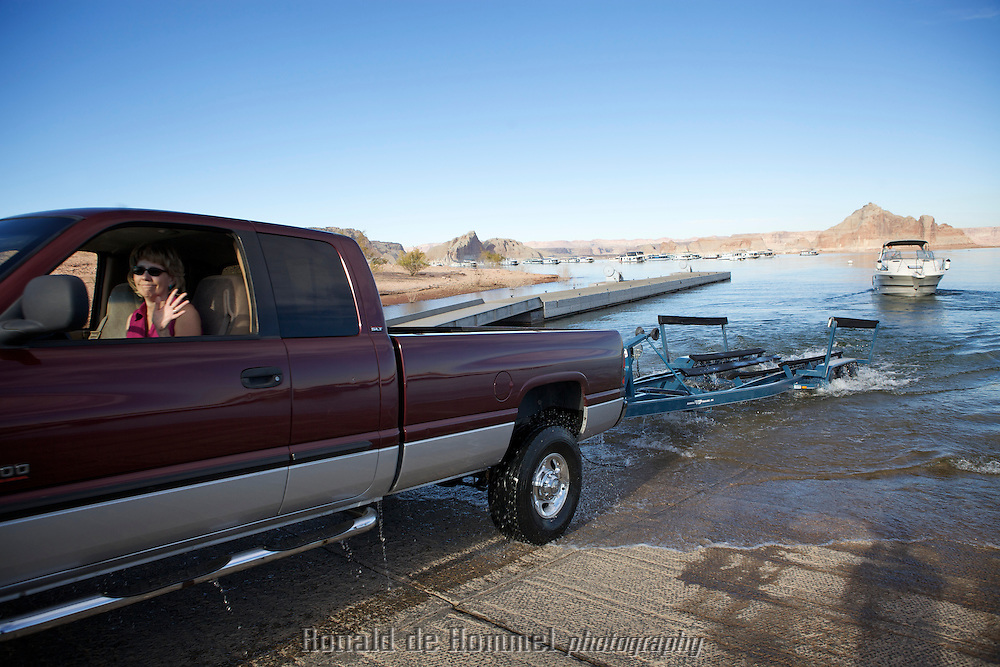 Boating on Lake Powell in Arizona. Unlaoding a boat. The lake is one of the main water reservoirs in the American Southwest. It stores water for cities like Las Vegas, Phoenix and Tucson. In recent years the water levels have dropped alarmingly due to a ten year drought. .Photo by: Ronald de Hommel / Johannes Abeling