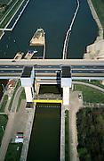 Nederland, Gelderland, Tiel, 04-04-2002; Prins Bernhardsluis in het Amsterdam-Rijn Kanaal; schutsluis tussen Kanaal en rivier de Waal; de sluisdeur hangt aan stalen kabels welke aan gele constructie bevestigd zijn; voor het eigenlijke schutten wordt de deur tussen de torens omhoog gehesen; .paralllel aan de autobrug (A15) komt de Betuweroute te lopen bruggenhoofd (zand, rechts) reeds aanwezig; scheepvaart binnenvaart waterstaat verkeer en vervoer.Deel van een serie over Betuweroute / infrastructuur.<br /> luchtfoto (toeslag), aerial photo (additional fee)<br /> photo/foto Siebe Swart