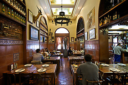 O Restaurante Gambrinus é considerado o estabelecimento mais antigo de Porto Alegre, com 120 anos de idade. A casa oferece a mais tradicional culinária portuguesa. Localizado no Mercado Público da cidade, o Gambrinus dispõe de um vasto cardápio de frutos do mar, como filé de congrio e linguado ao molho de camarão, além de filé de salmão com alcaparras e champignon. Também são servidos pratos com carnes e pratos típicos da região, bolinhos de bacalhau e petiscos variados. FOTO: Jefferson Bernardes/Preview.com