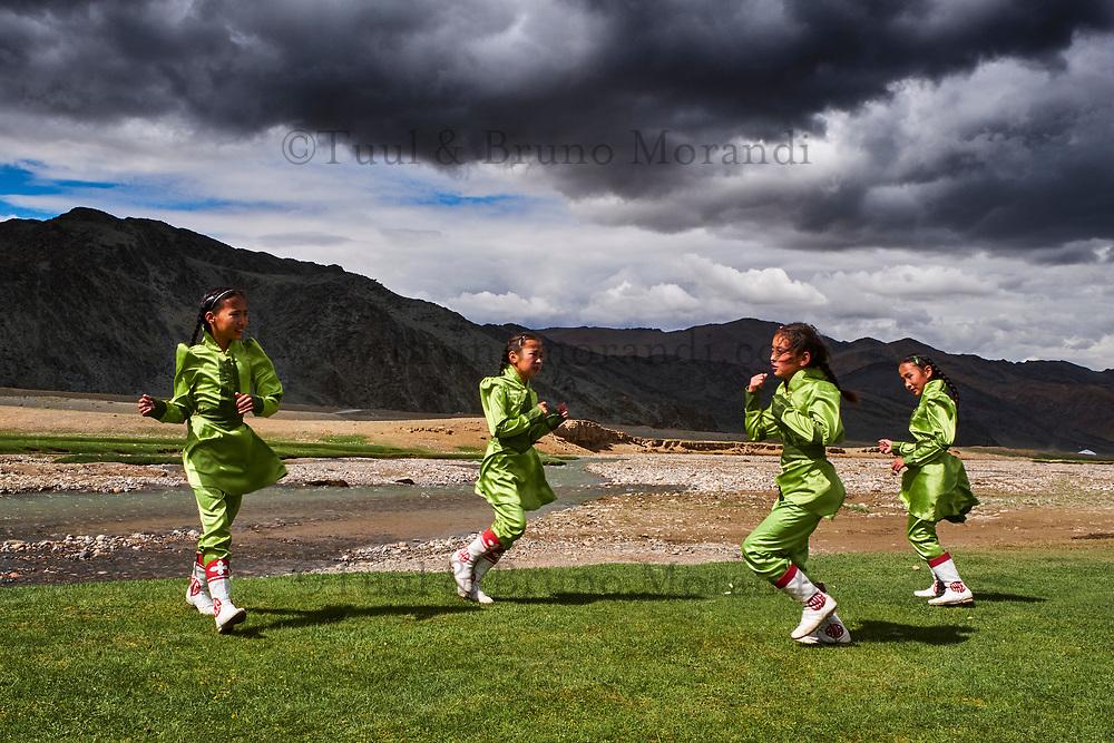 Mongolie, province de Bayan Olgii, fêtes du Naadam, repetition du spectacle de danse // Mongolia, Olgii province, Naadam festival, training for danse show