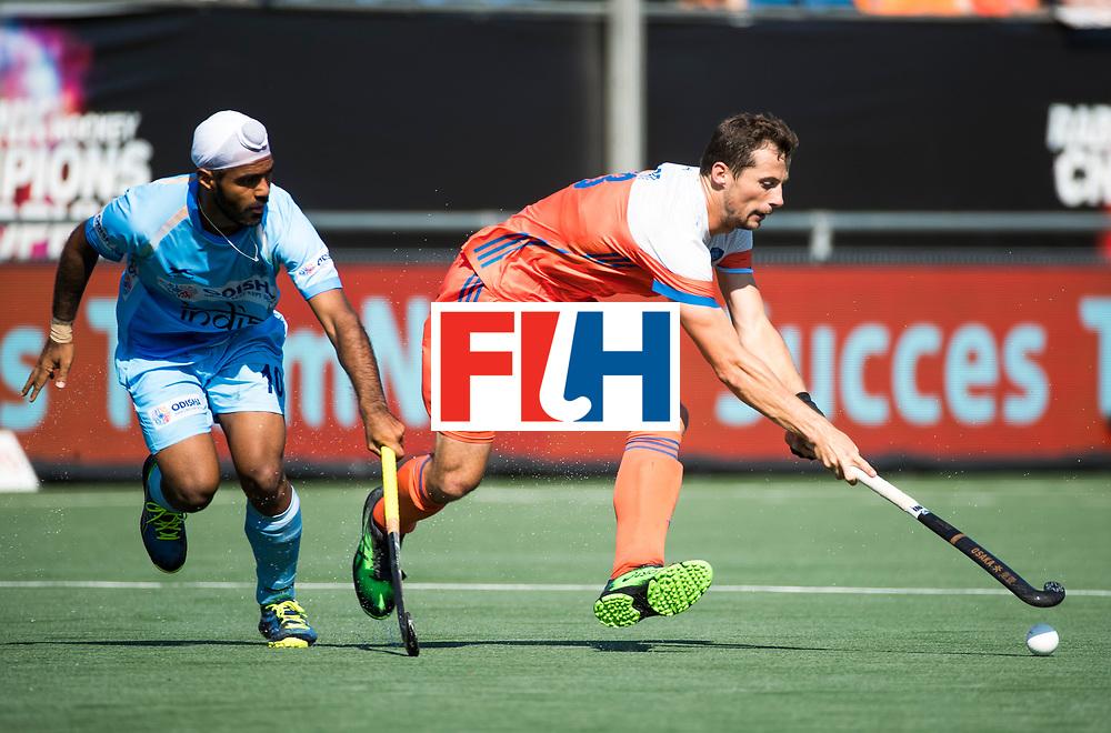 BREDA - Sander Baart (Ned) met Simranjeet Singh (Ind.)   tijdens Nederland- India (1-1) bij  de Hockey Champions Trophy. India plaatst zich voor de finale.  COPYRIGHT KOEN SUYK
