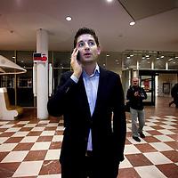 Nederland, amsterdam , 19 maart 2014.<br /> Jan Paternotte lijsttrekker D-66 tijdens Gemeenteraadsverkiezingen.<br /> Jan Paternotte belt met zijn achterban en volgt de peilingen bij aankomst Stopera.<br /> Foto:Jean-Pierre Jans