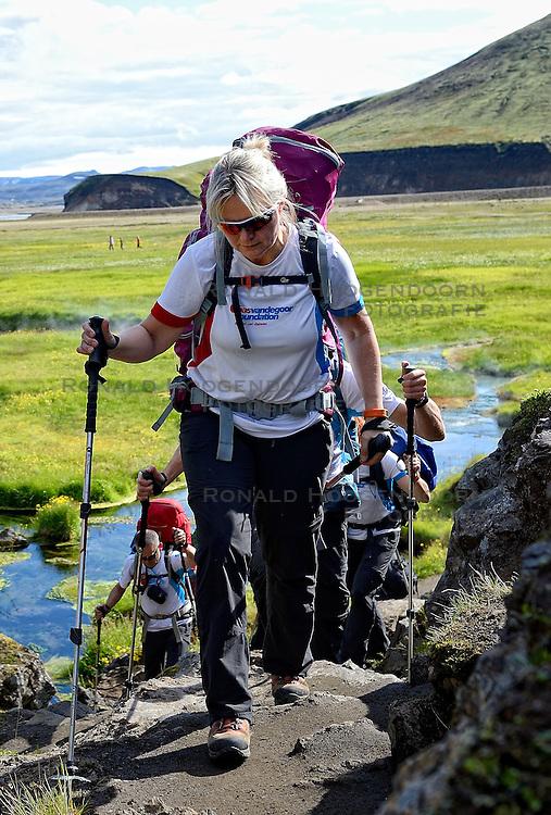 06-07-2014 NED: Iceland Diabetes Challenge dag 2, Landmannalaugar <br /> Trek van Landmannalaugar naar Hrafntinnusker. Een prachtige trekking door de hooggebergte van Landmannalaugar met veel kleuren, sneeuw, gletsjers en zwarte landschappen / Petra