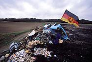 GDR, German Democratic Republic, Saxony, garbage dump near Chemnitz, Trabant car.....DDR, Deutsche Demokratische Republik, Sachsen, wilde Muellkippe bei Chemnitz, Trabi...Januar 1990