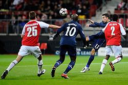 20-10-2009 VOETBAL: AZ - ARSENAL: ALKMAAR<br /> AZ in slotminuut naast Arsenal 1-1 / Robin van Persie probeert een halve omhaal<br /> ©2009-WWW.FOTOHOOGENDOORN.NL