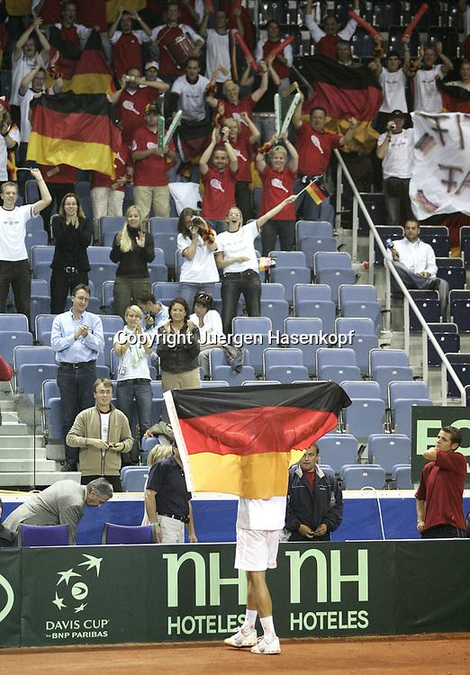 Sport, Tennis, Ausland, Davis Cup Begegnung  Tschechien gegen  Deutschland in der Tipsport Arena in Liberec, Tommy Haas (GER) mit deutscher Fahne bedankt sich bei den Fans fuer die Unterstuetzung, 25.09.2005.