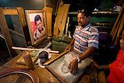 Puesto de arreglo y venta de piezas antiguas y cuadros en la calle Sal si Puedes  en el casco viejo de la ciudad de Panama.Foto: Ramon Lepage / Istmophoto.