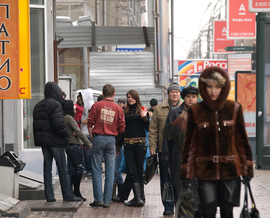 Nowosibirsk/Russische Foederation, RUS, 19.11.07: Passanten vor der Kentucky Fried Chicken (KFC) Filiale im Zentrum der sibirischen Hauptstadt Nowosibirsk.<br /> <br /> Novosibirsk/Russian Federation, RUS, 19.11.07: Passersby in front of the Kentucky Fried Chicken (KFC) chain store in the Sibirian capitol Novosibirsk.
