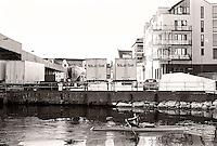 En mann ror i Brosundet i Ålesund.<br /> Foto: Svein Ove Ekornesvåg