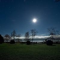 Mond über dem Starnberger See, Schloss Unterallmannshausen bei Morgendämmerung, Oberbayern, Deutschland * Moon over Lake Starnberg, Castle Unterallmannshausen at dawn, Upper Bavaria, Germany
